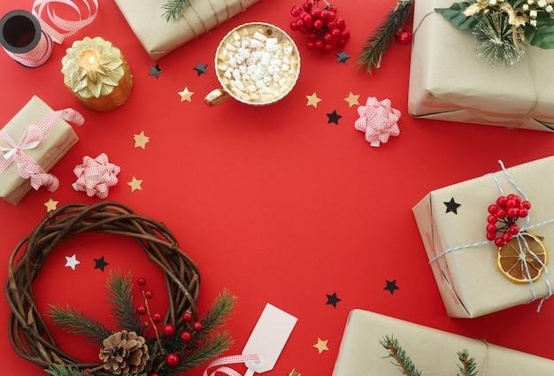 Weihnachtskranz und geschenke als nächstes unter den dekorationen