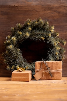 Weihnachtskranz und verpackte geschenke
