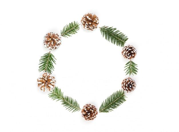 Weihnachtskranz von den kiefernkegeln und -tannenzweigen lokalisiert auf weißem hintergrund. f