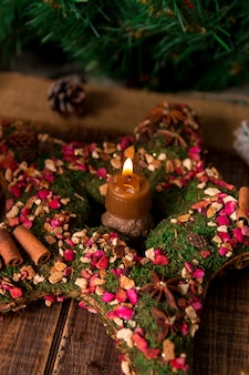 Weihnachtskranz wie stern mit kerze