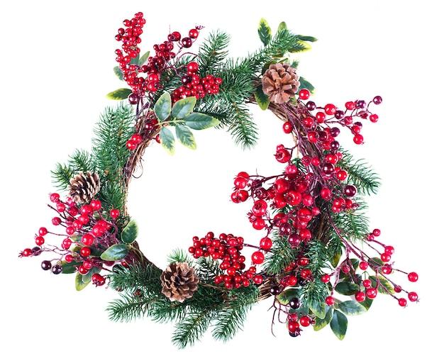 Weihnachtskranzdekoration mit tannenzapfen und weißdornbeeren