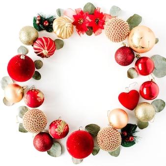 Weihnachtskranzrahmen aus farbigen hellen weihnachtskugeln auf weißem hintergrund.
