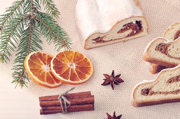 Weihnachtskuchen in stücke geschnitten, getrocknete orangen