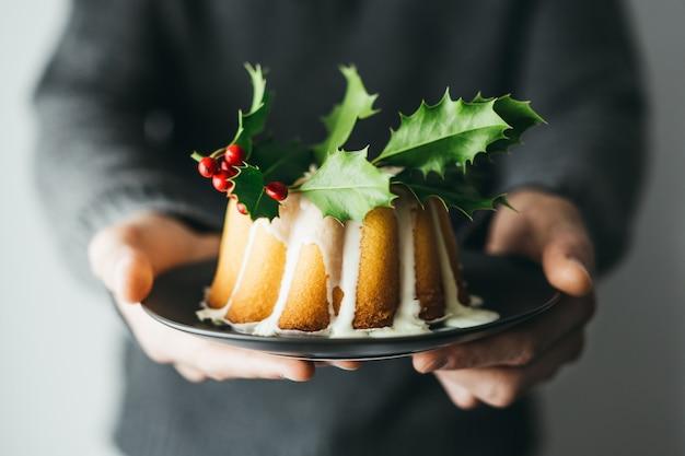 Weihnachtskuchen mit deco auf tabelle