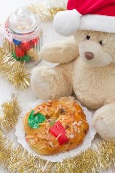 Weihnachtskuchen mit spielzeug auf weißer holzoberfläche