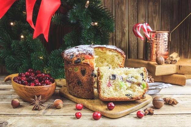 Weihnachtskuchen panettone und weihnachtsdekorationen
