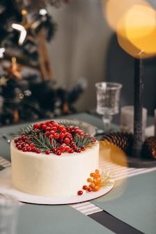 Weihnachtskuchen verziert mit roten beeren