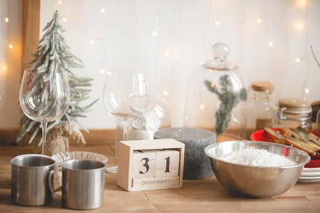 Weihnachtsküchendekor. küchengeschirr auf dem tisch. weihnachtsdekorationen.