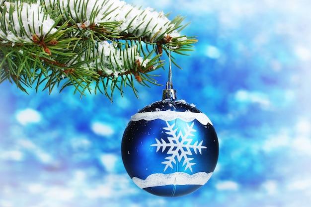 Weihnachtskugel am baum auf blau