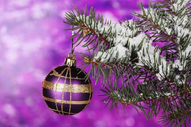 Weihnachtskugel auf dem baum auf lila