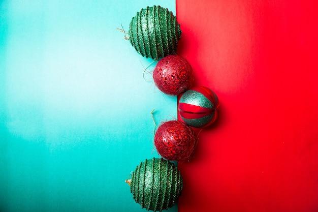 Weihnachtskugel auf grünem und rotem pfefferhintergrund