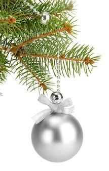 Weihnachtskugel auf tannenbaum, lokalisiert auf weiß