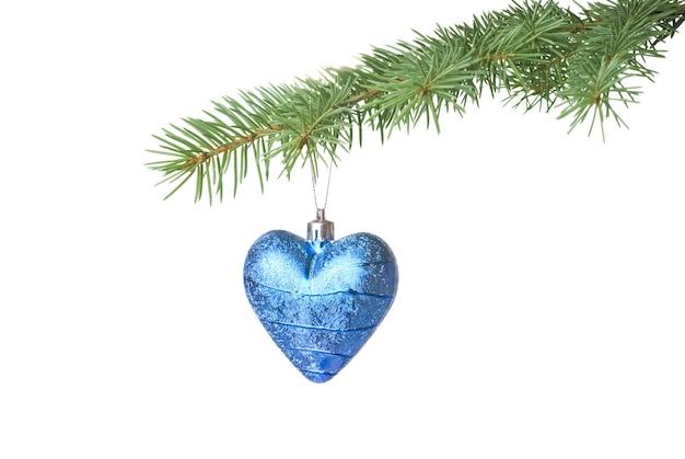 Weihnachtskugel auf tannenzweig lokalisiert auf weiß