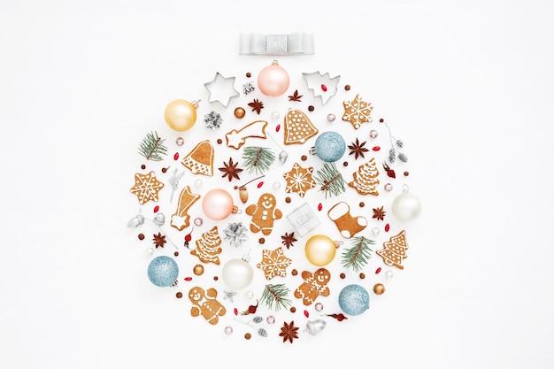 Weihnachtskugel aus ornamenten, lebkuchen, kugeln auf weiß