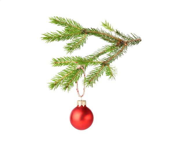 Weihnachtskugel hängt am tannenzweig, isoliert auf weiß