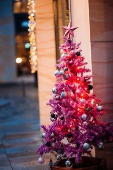 Weihnachtskugel hängt von einem rosa baum