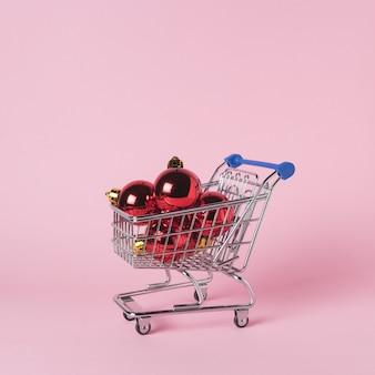 Weihnachtskugel im einkaufswagen mit geschenkboxen