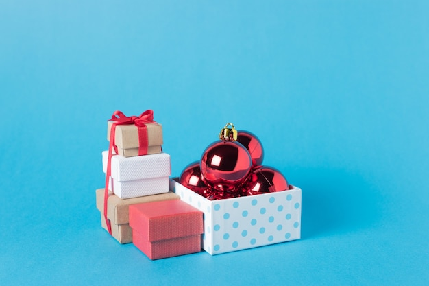 Weihnachtskugel in geschenkbox