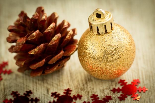 Weihnachtskugel mit ornamenten