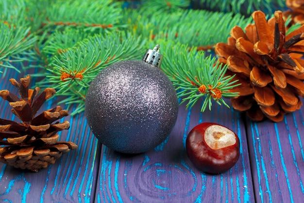 Weihnachtskugel und weihnachtsbaumaste