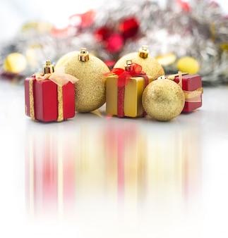 Weihnachtskugel- und weihnachtsgeschenkhintergrund