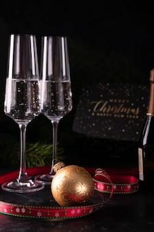 Weihnachtskugel und zwei gläser champagner