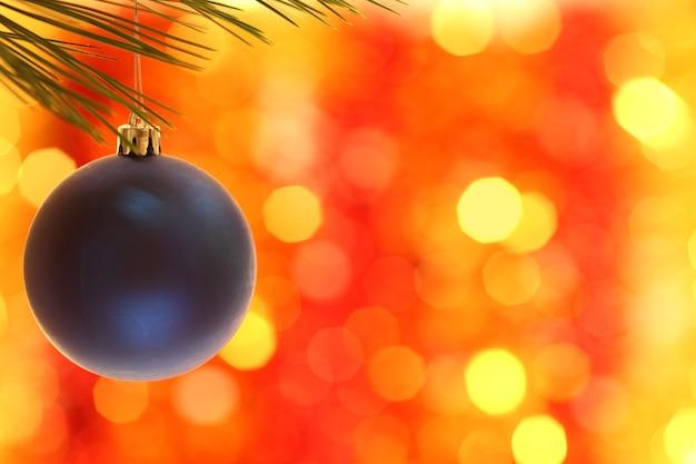 Weihnachtskugel vor hellem hintergrund