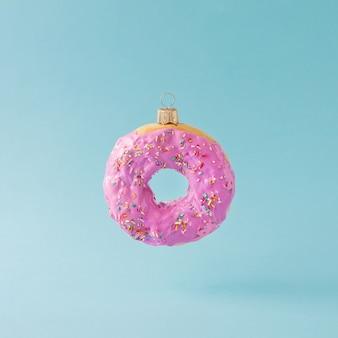 Weihnachtskugeldekoration aus rosa donut