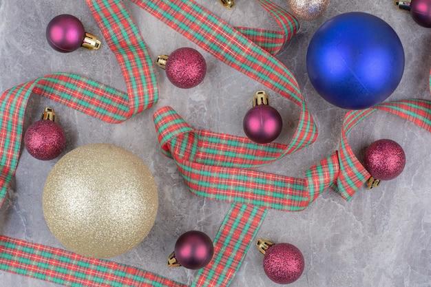 Weihnachtskugelkugeln mit schönem bogen.