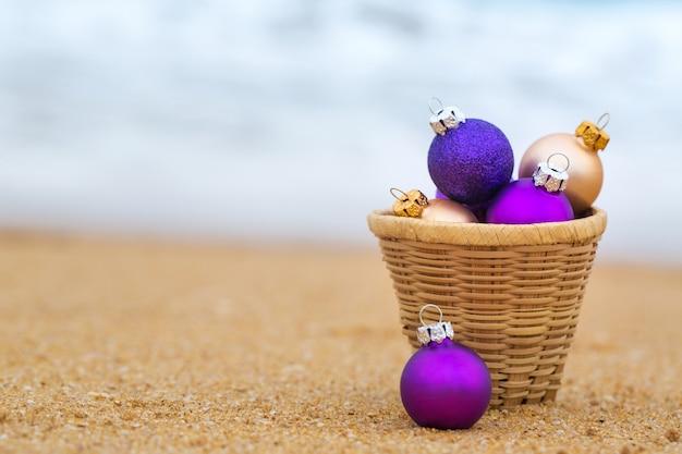 Weihnachtskugeln an einem sandstrand am meer