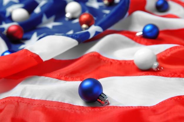 Weihnachtskugeln auf amerikanischer flagge