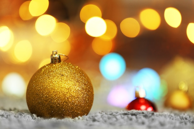 Weihnachtskugeln auf defokussierten lichtern