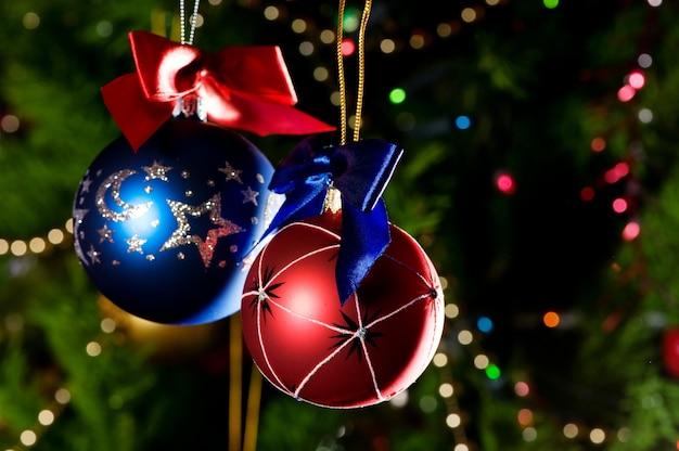 Weihnachtskugeln auf grünem weihnachtsbaumhintergrund