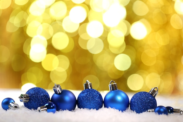 Weihnachtskugeln auf hellem hintergrund