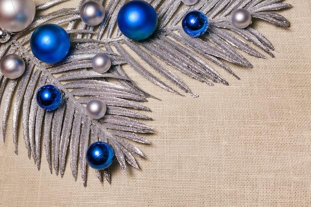 Weihnachtskugeln auf künstlichem silberzweig auf cremigem hintergrund