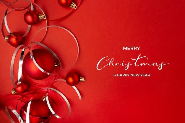 Weihnachtskugeln auf rotem hintergrund
