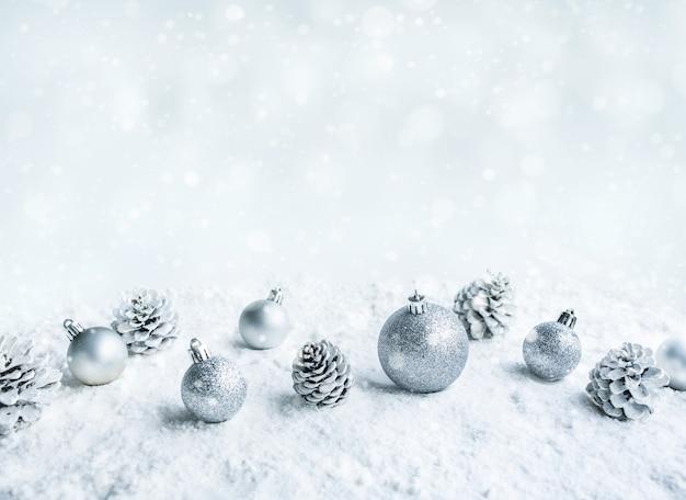 Weihnachtskugeln auf schnee