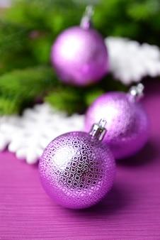 Weihnachtskugeln auf tannenbaum, auf farbigem hintergrund
