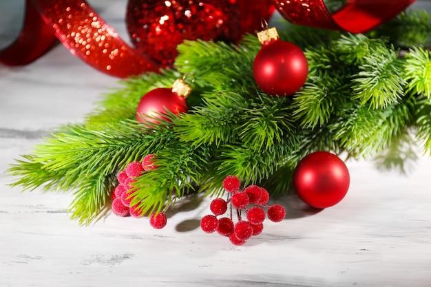 Weihnachtskugeln auf tannenbaum, auf holzuntergrund