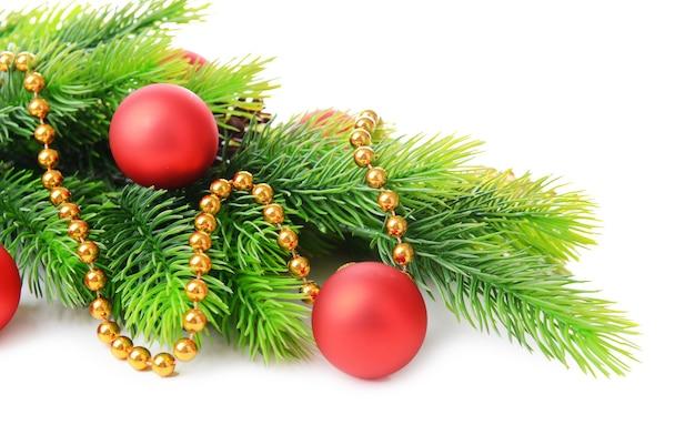 Weihnachtskugeln auf tannenbaum, isoliert auf weiß