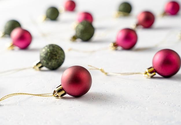 Weihnachtskugeln auf weißer oberfläche