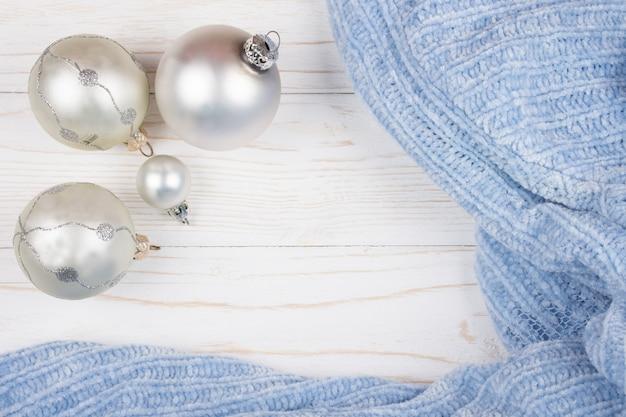 Weihnachtskugeln einer silbernen farbe und der blauen wolle