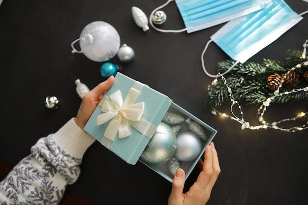 Weihnachtskugeln hintergrund und medizinische schutzmasken. das neue jahr 2021 steht vor der tür. neujahrs- und coronavirus-konzept. platz kopieren.