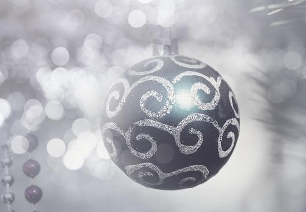 Weihnachtskugeln im feiertagshintergrund