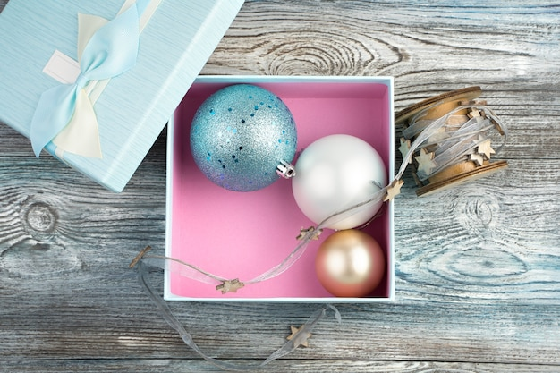 Weihnachtskugeln in einer box