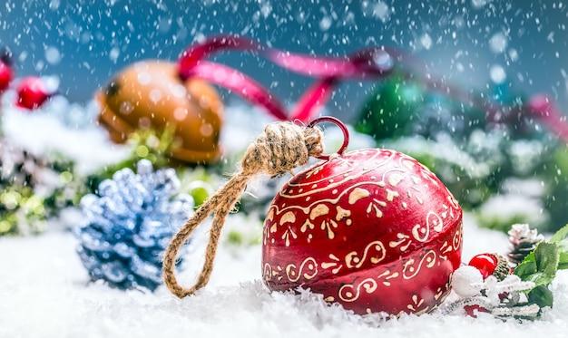 Weihnachtskugeln klingeln glocken und band mit weihnachtsdekoration