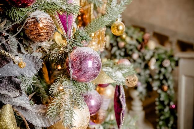 Weihnachtskugeln mit band auf tannenzweigen