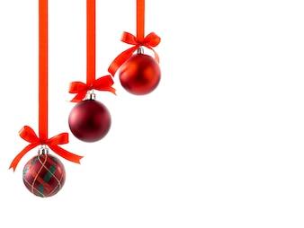Weihnachtskugeln mit Bändern und Bogen auf Weiß