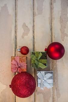 Weihnachtskugeln mit bunten geschenken