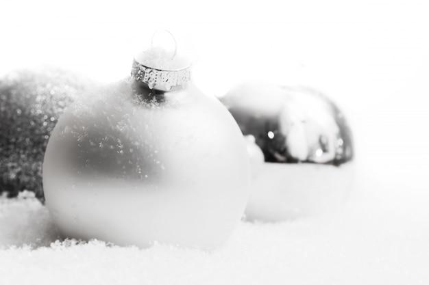 Weihnachtskugeln mit schnee close